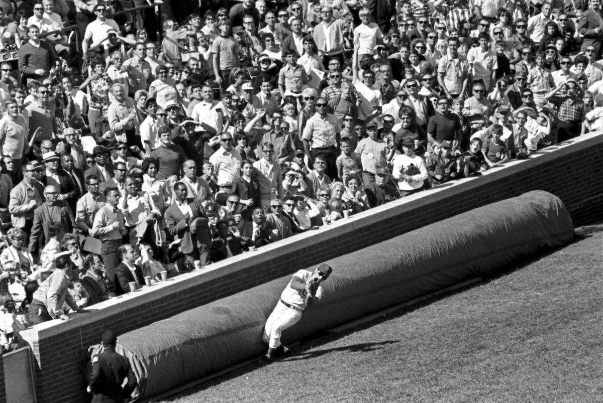 Chicago_Cubs_baseball_player_Ron_Santo_catching_a_foul_ball_at_Wrigley_Field